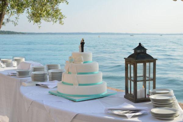 Taglio torta fronte lago